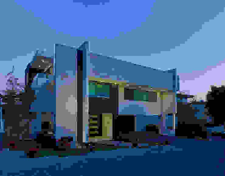 FACHADA LATERAL NOCTURNA Casas modernas de Excelencia en Diseño Moderno Hierro/Acero
