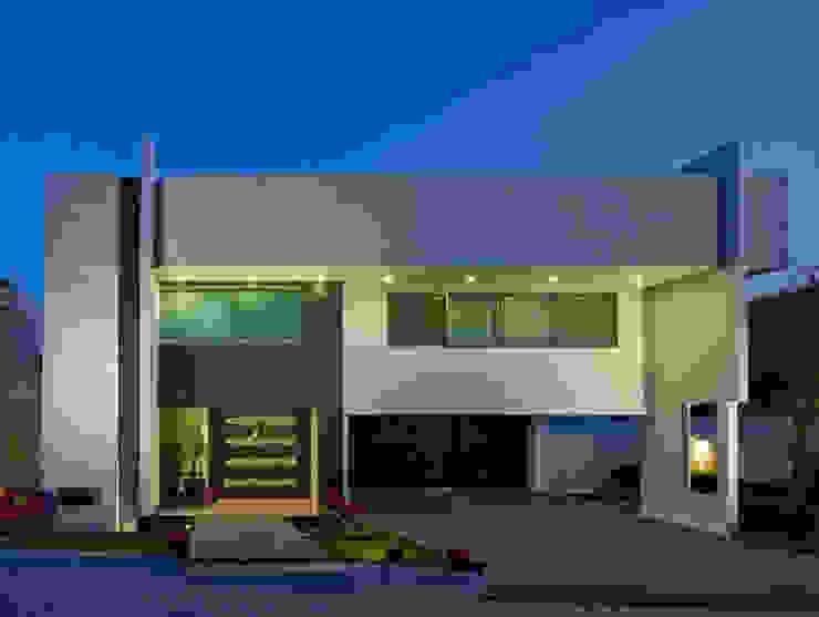 FACHADA NOCTURNA Casas modernas de Excelencia en Diseño Moderno Piedra