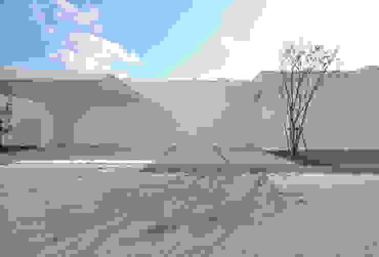 門一級建築士事務所 Casas modernas Betão armado Branco
