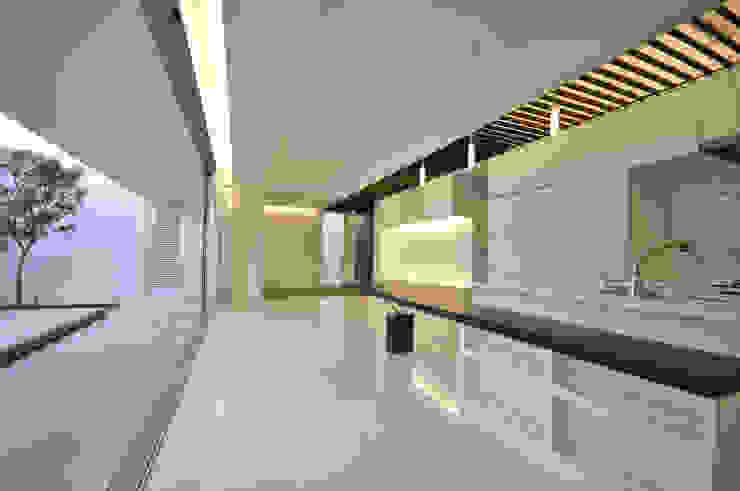 門一級建築士事務所 Salas de estar modernas Azulejo Branco