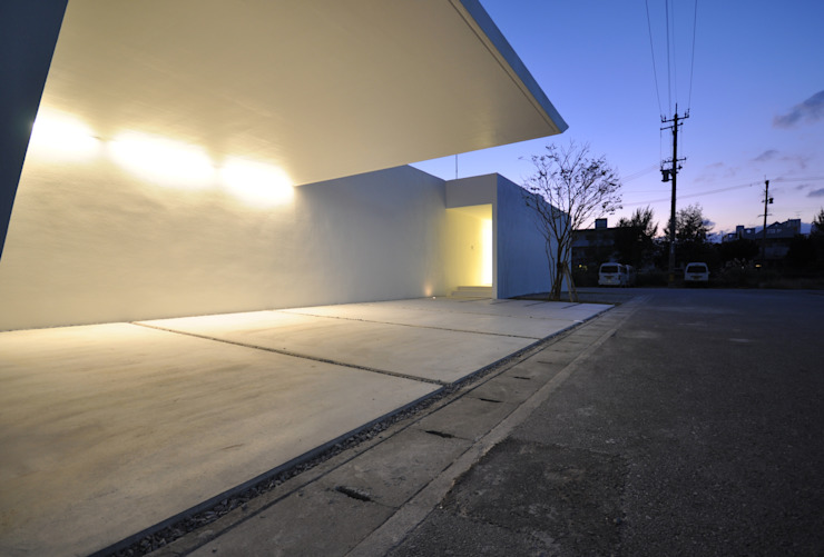 Garagens e arrecadações modernas por 門一級建築士事務所 Moderno Betão armado