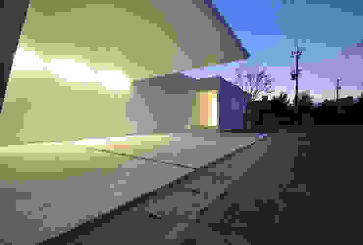 門一級建築士事務所 Garajes de estilo moderno Concreto reforzado Blanco