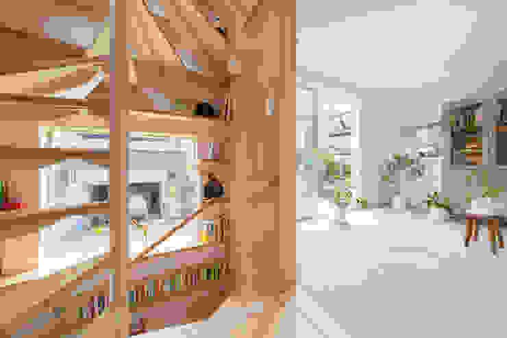 Modern Corridor, Hallway and Staircase by 水石浩太建築設計室/ MIZUISHI Architect Atelier Modern