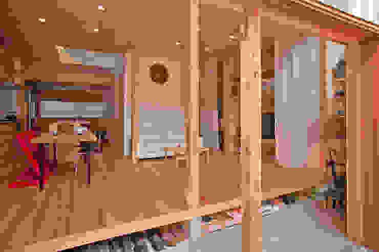 Коридор, прихожая и лестница в модерн стиле от 水石浩太建築設計室/ MIZUISHI Architect Atelier Модерн