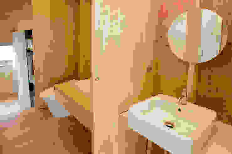 Ванная комната в стиле модерн от 水石浩太建築設計室/ MIZUISHI Architect Atelier Модерн