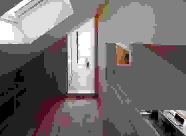 Projekty,  Garaż zaprojektowane przez 水石浩太建築設計室/ MIZUISHI Architect Atelier, Nowoczesny