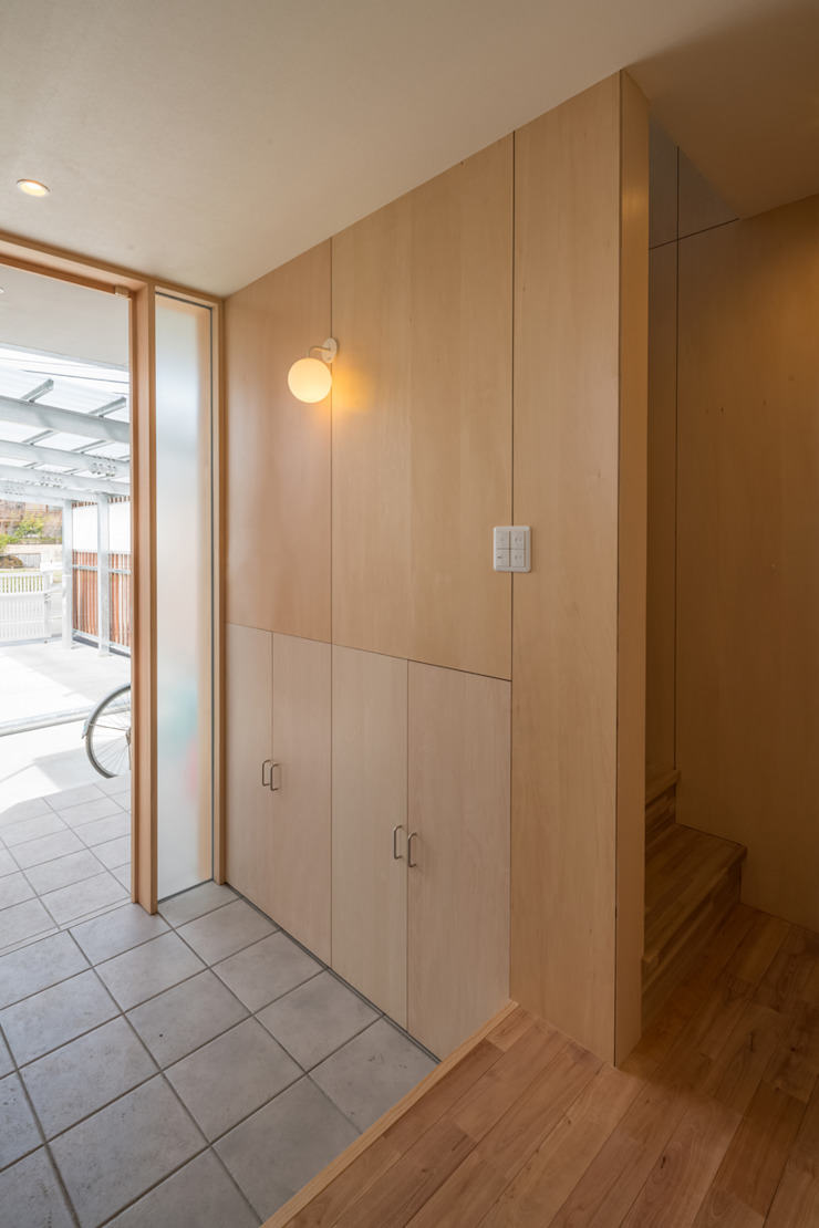 Modern Corridor, Hallway and Staircase by 水石浩太建築設計室/ MIZUISHI Architect Atelier Modern