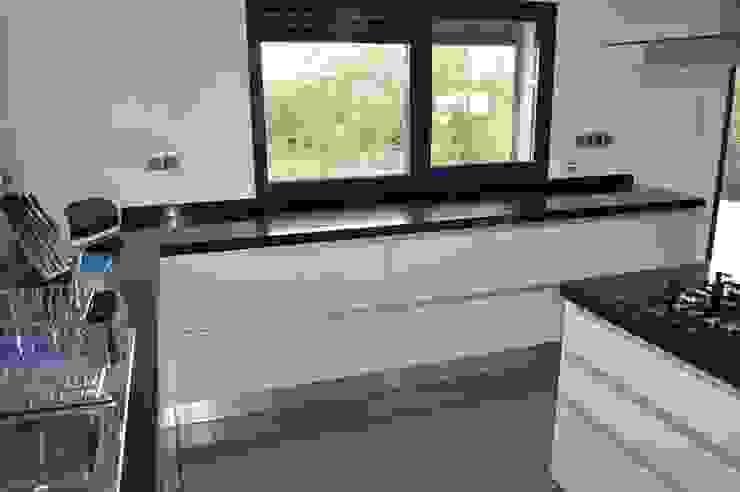 Bancada com gavetões Cozinhas modernas por Ansidecor Moderno Derivados de madeira Transparente