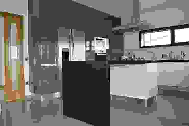 Cozinha em termolaminado com ilha Cozinhas modernas por Ansidecor Moderno Derivados de madeira Transparente