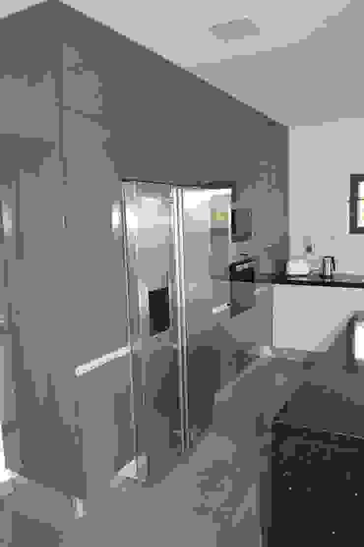 Colunas de cozinha com electrodomésticos encastrados Cozinhas modernas por Ansidecor Moderno Derivados de madeira Transparente