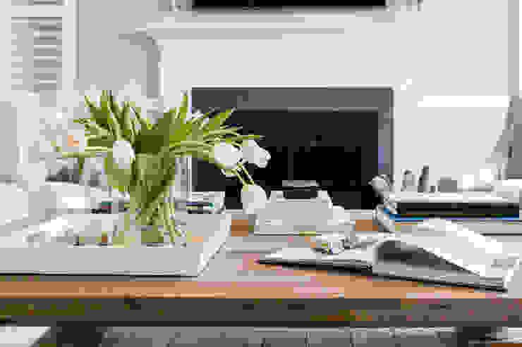 Phòng khách phong cách chiết trung bởi Larina Kase Interior Design Chiết trung Kim loại
