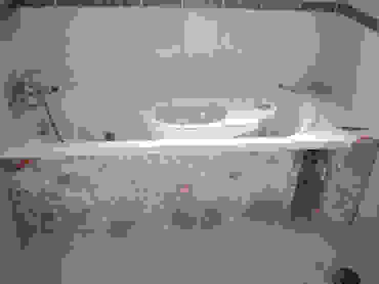 Minimalist style bathroom by Atádega Sociedade de Construções, Lda Minimalist