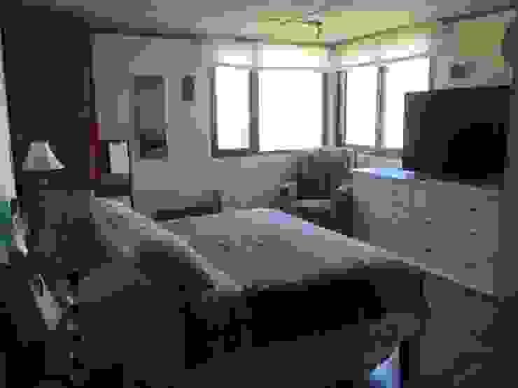 Dormitorio para relajarse en colores beige Dormitorios de estilo ecléctico de homify Ecléctico Compuestos de madera y plástico