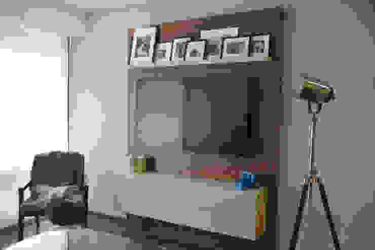 Mueble de TV en nogal y laca. de homify Minimalista Madera Acabado en madera