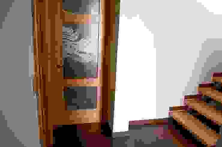 Puerta modelo Génova, línea Campestre, y piso escalera en madera de Lenga Puertas y ventanas de estilo rústico de Ignisterra S.A. Rústico Madera Acabado en madera