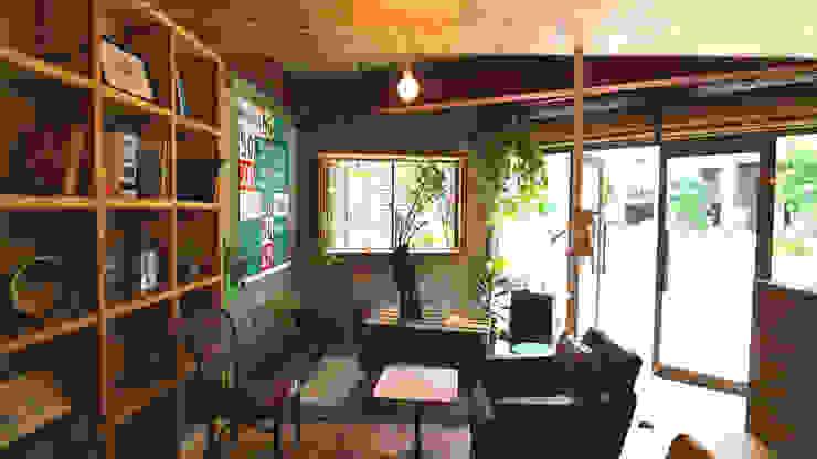 Oficinas y tiendas de estilo ecléctico de INTERIOR BOOKWORM CAFE Ecléctico Madera Acabado en madera