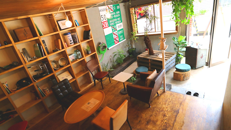 Oficinas y tiendas de estilo ecléctico de INTERIOR BOOKWORM CAFE Ecléctico Contrachapado