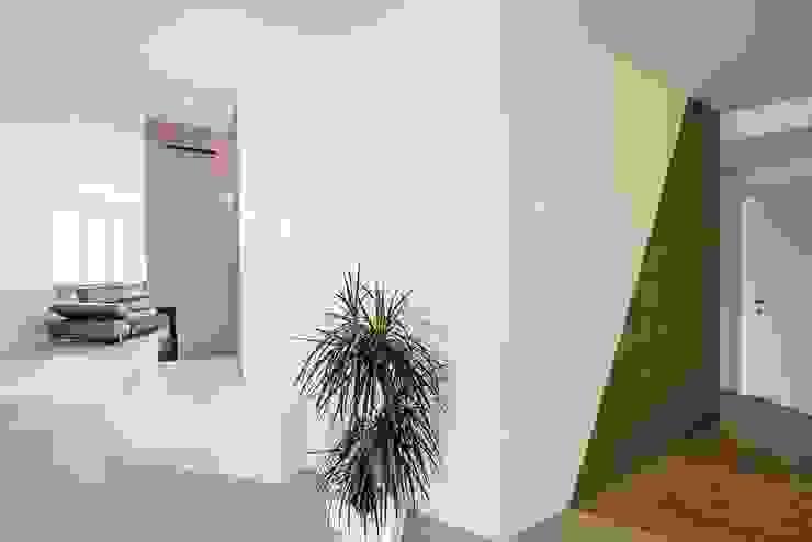 """Ristrutturazione zona giorno con nostra lampada """"Riservata"""" Ingresso, Corridoio & Scale in stile moderno di Mangodesign Moderno"""
