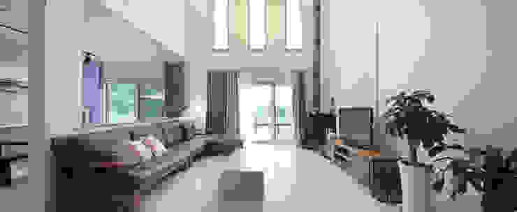 Salas modernas de 윤성하우징 Moderno