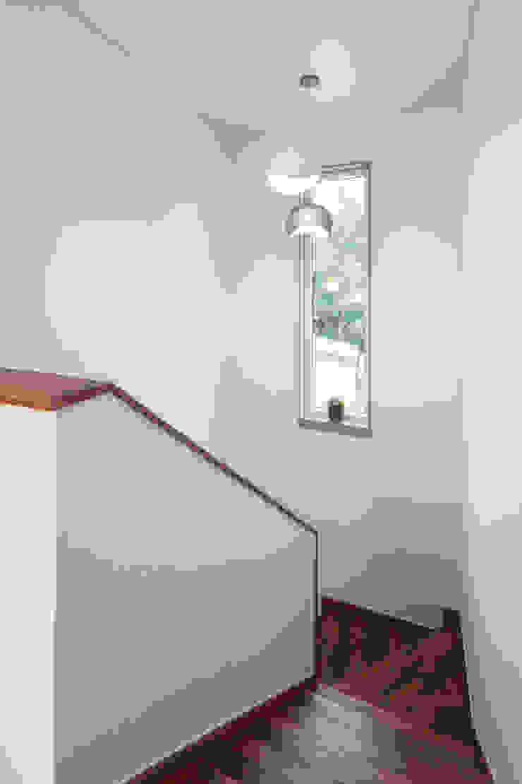 윤성하우징 Pasillos, vestíbulos y escaleras de estilo moderno