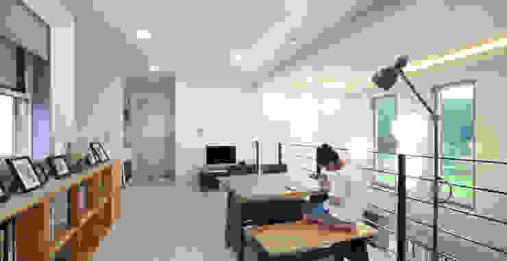 Modern media room by 윤성하우징 Modern