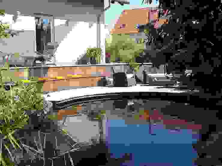 Höhenstaffelung durch Sitzmauer mit Holzverkleidung Garten im Landhausstil von dirlenbach - garten mit stil Landhaus