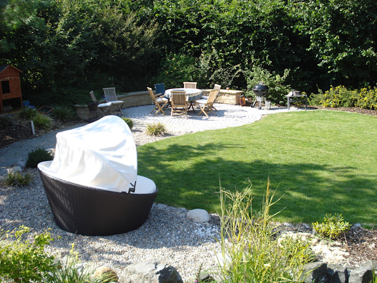 Aufenthaltsbereich mit Sitzmauer Garten im Landhausstil von dirlenbach - garten mit stil Landhaus
