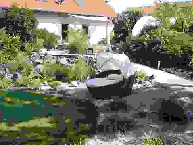 Gemütliche Sitzmuschel im Schatten Garten im Landhausstil von dirlenbach - garten mit stil Landhaus