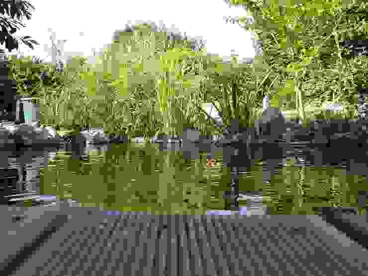 Entspannen mit Blick auf den Koi-Teich Garten im Landhausstil von dirlenbach - garten mit stil Landhaus