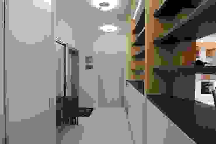 Bellarte interior studio Minimalist corridor, hallway & stairs White