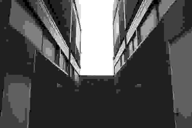 Locales Comerciales Ligure Pasillos, halls y escaleras minimalistas de Constructora CONOR Ltda - Arquitectura / Construcción Minimalista