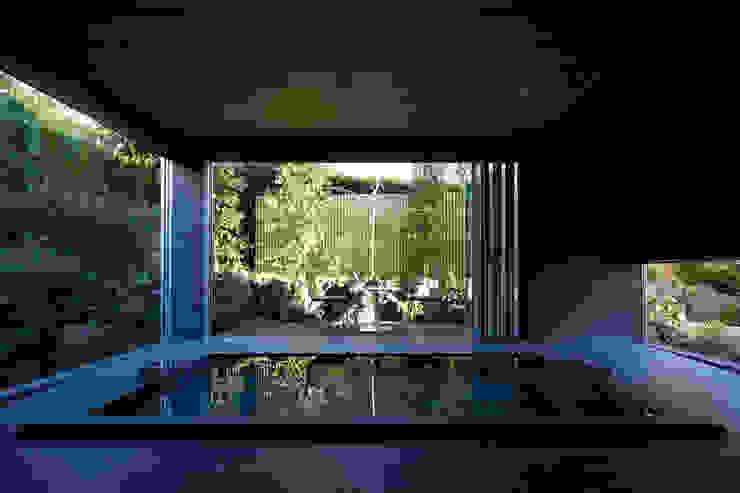 Phòng tắm phong cách hiện đại bởi Mアーキテクツ 高級邸宅 豪邸 注文住宅 別荘建築 LUXURY HOUSES   M-architects Hiện đại Gạch ốp lát