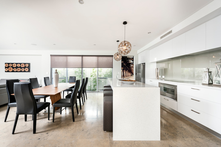 Kitchen & Dining Room Modern kitchen by Moda Interiors Modern Quartz