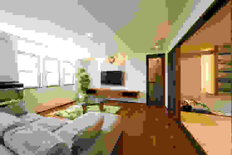 Asiatische Wohnzimmer von Franka Asiatisch Massivholz Mehrfarbig