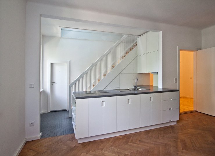 rebuilt kitchen & living area brandt+simon architekten Modern kitchen White