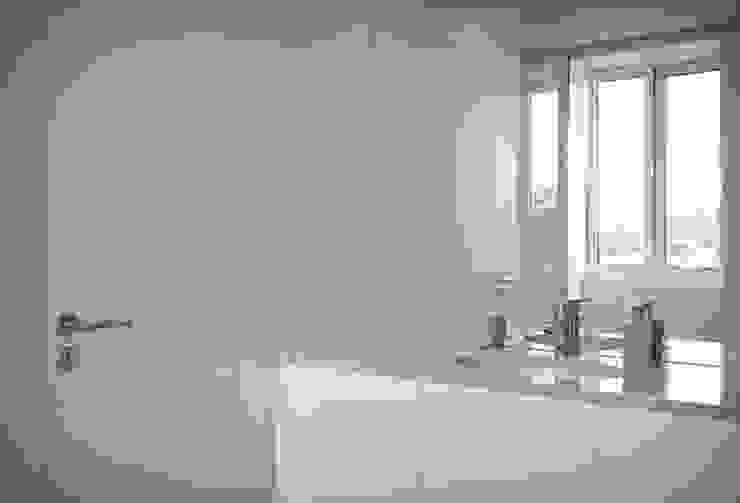 Casa em Lavra, Matosinhos Casas de banho minimalistas por ASVS Arquitectos Associados Minimalista