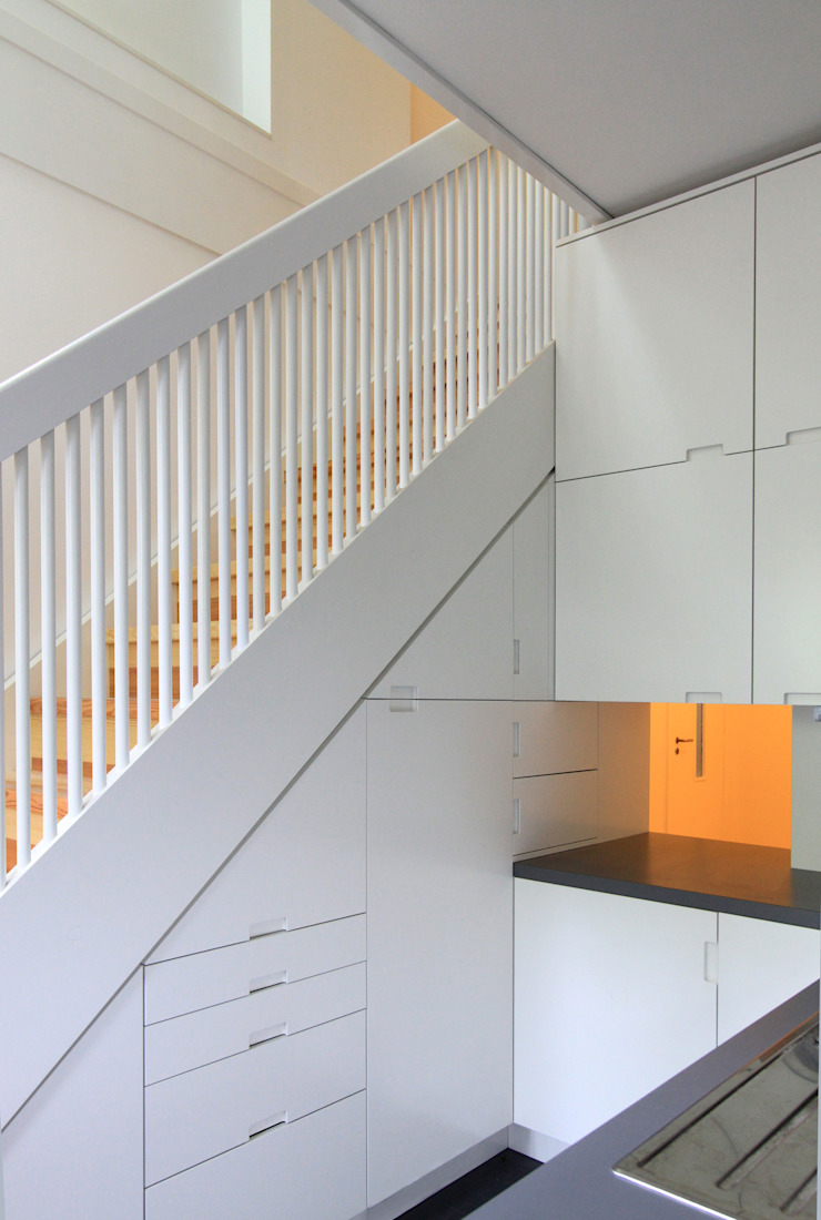 new stairs - connection between the two floors and kitchen furniture at the same time brandt+simon architekten Modern kitchen White