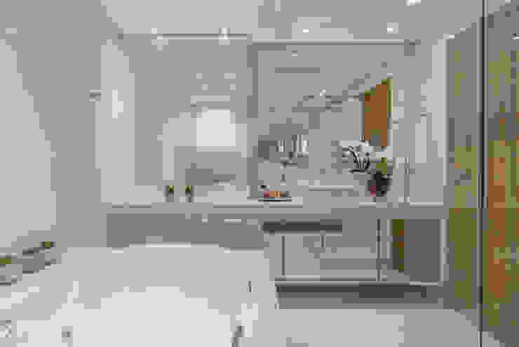 クラシックスタイルの お風呂・バスルーム の Sandra Pompermayer Arquitetura e Interiores クラシック