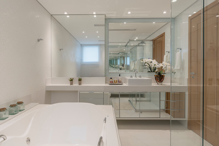 Sandra Pompermayer Arquitetura e Interiores Classic style bathroom White
