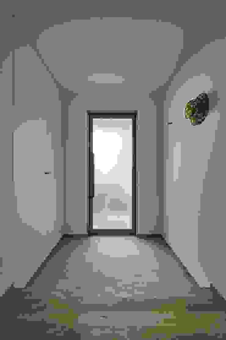toki Architect design office Modern corridor, hallway & stairs Iron/Steel White