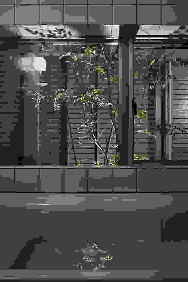 toki Architect design office Modern style bathrooms Tiles White