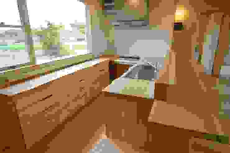 Cocinas de estilo ecléctico de 匙/今井ヒロカズ設計事務所 Ecléctico Madera Acabado en madera