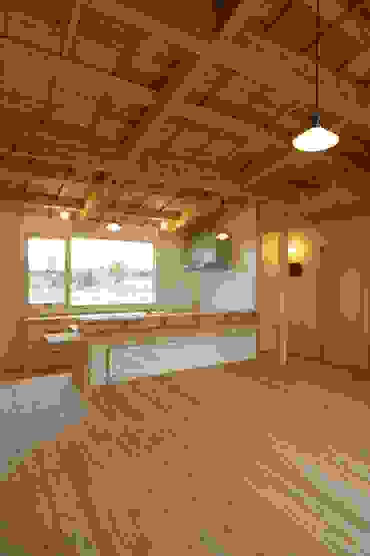 Salas de estilo ecléctico de 匙/今井ヒロカズ設計事務所 Ecléctico Madera Acabado en madera