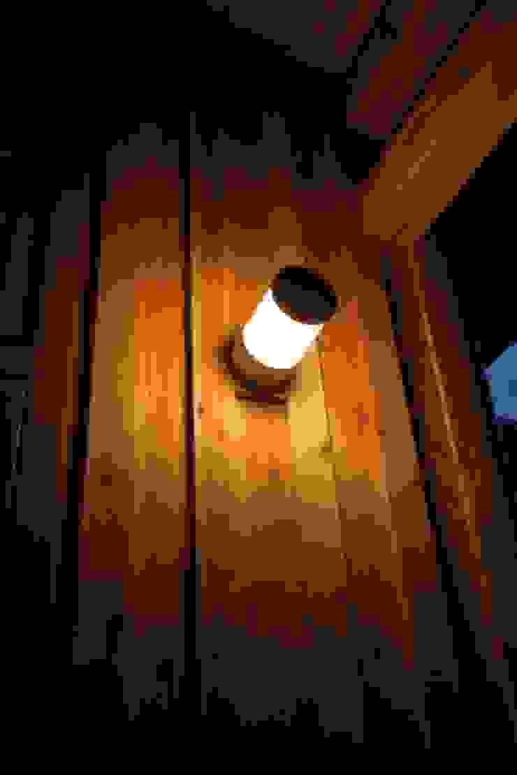 Balcones y terrazas de estilo ecléctico de 匙/今井ヒロカズ設計事務所 Ecléctico Madera Acabado en madera