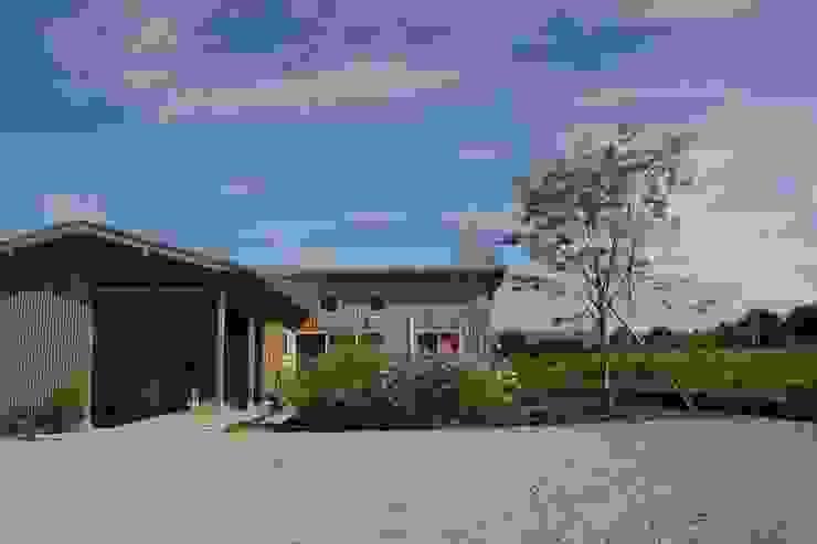 Casas de estilo ecléctico de 匙/今井ヒロカズ設計事務所 Ecléctico Madera Acabado en madera