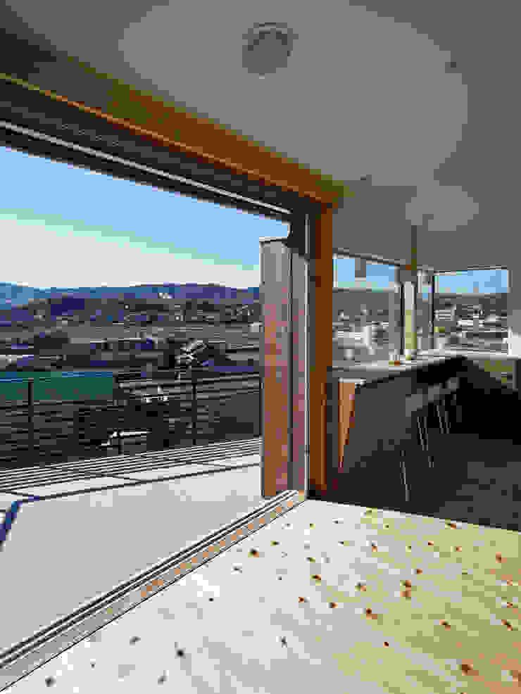 生駒の家-float terrace- モダンデザインの テラス の 祐建築設計事務所 モダン