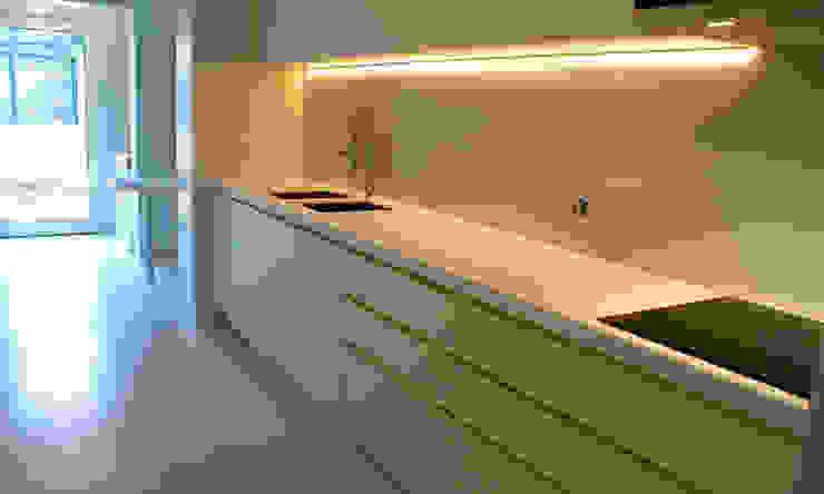 Projeto de Reabilitação_ Moradia Restelo, Lisboa Cozinhas modernas por mube arquitectura Moderno