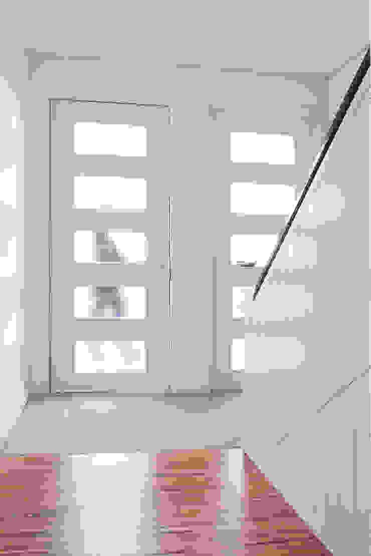 Casa rua Castro Matoso Corredores, halls e escadas modernos por Sónia Cruz - Arquitectura Moderno Madeira Acabamento em madeira