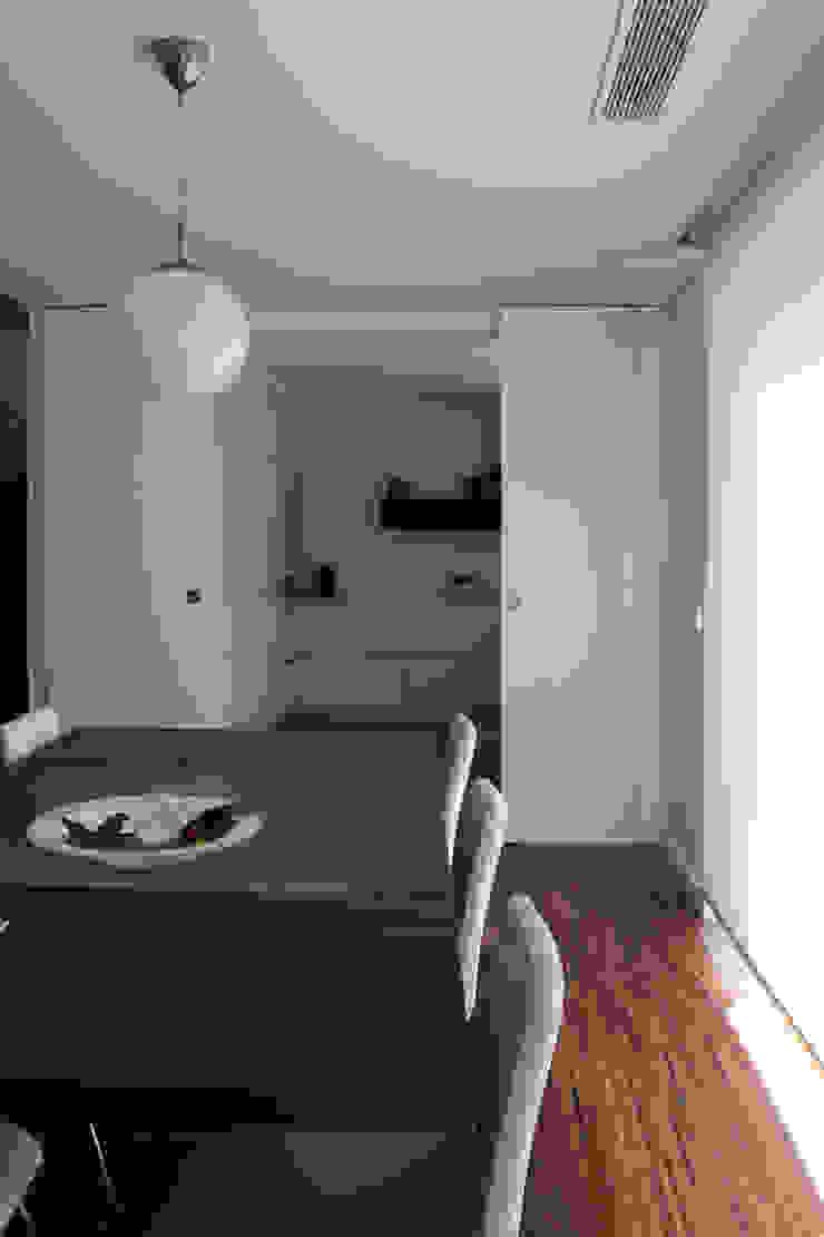Casa rua Castro Matoso Salas de jantar modernas por Sónia Cruz - Arquitectura Moderno Madeira Acabamento em madeira