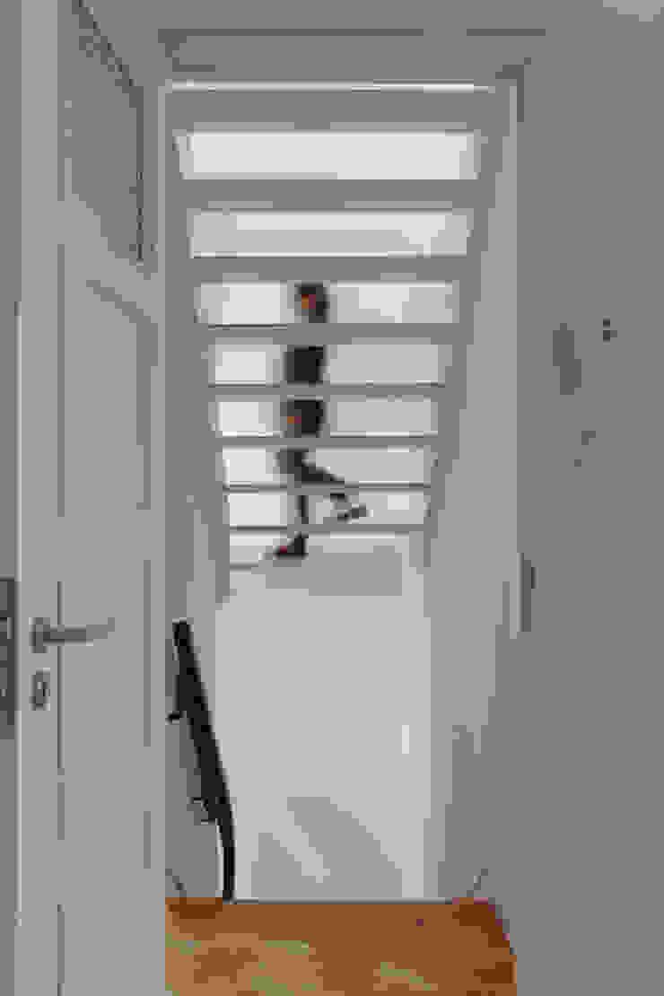 Casa rua Castro Matoso Corredores, halls e escadas modernos por Sónia Cruz - Arquitectura Moderno